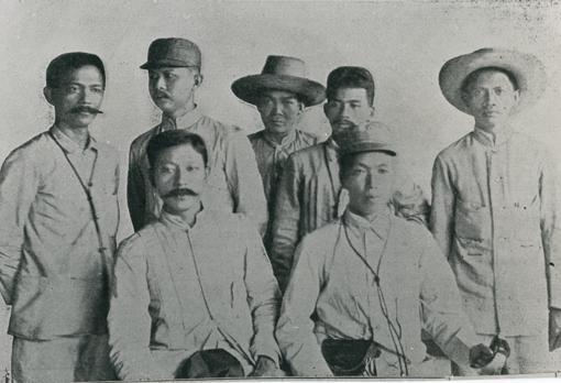 Héroes filipinos de la independencia. Sentados, Pedro Paterno (Izquierda) y Emilio Aguinaldo. Detrás, de derecha a izquierda: Isabel Artacho, Baldomero Aguinaldo, Sevrino Alas, Antonio Montenegro y un ayudante del general Aguinaldo