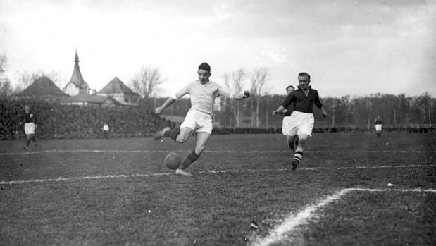 Nikolai Starostin, con el balón, en un partido amistoso contra Dinamarca en 1929