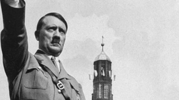 Adolf Hitler saluda durante el congreso del Partido Nazi en 1934