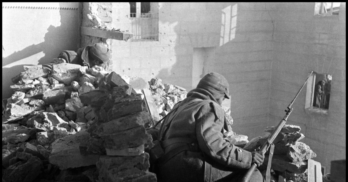 """Resultado de imagen de La única crónica de Robert Capa en la Guerra Civil: «En el corazón del edificio se oían gritos de """"¡Viva España!""""»"""