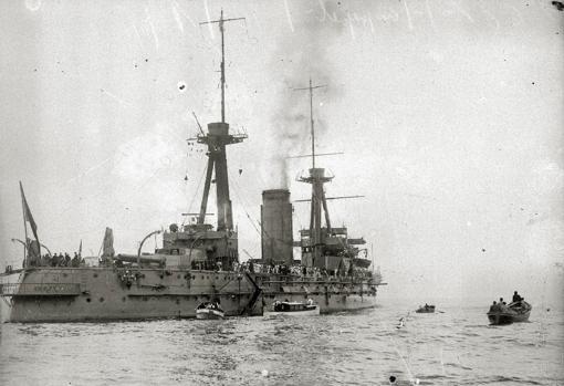 El acorazado «España» en la bahía de Pasajes de San Juan (Guipúzcoa), con destino a la guerra de África en 1922