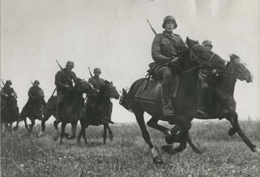 Un escuadrón de Caballería de la División española de voluntarios cabalga por la estepa en servicio de reconocimiento