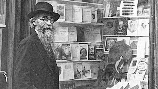 Valle-Inclán, en una librería de Santiago de Compostela, en 1923