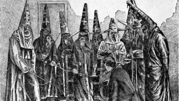 Representación de varios miembros del KKK ataviados al estilo de sus primero años