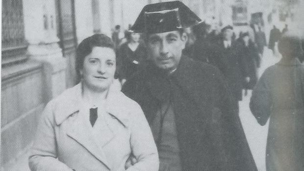Demetrio Núñez Núñez, el guardia civil. que ayudó al Rey Alfonso XIII a huir de España. En la imagen, con su esposa, en 1935