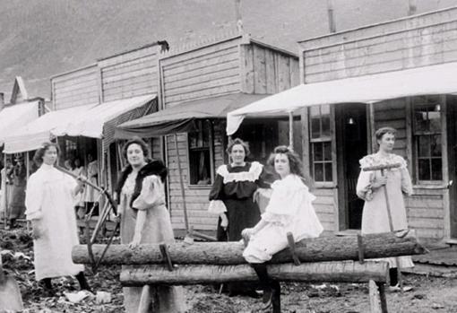 Las prostitutas de Dawson City posan para una fotografía