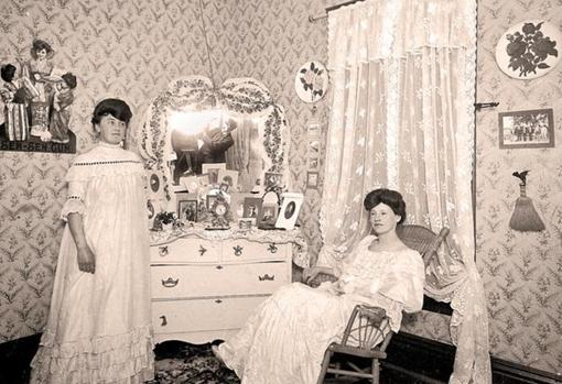 Dos prostitutas rn la habitación de un burdel