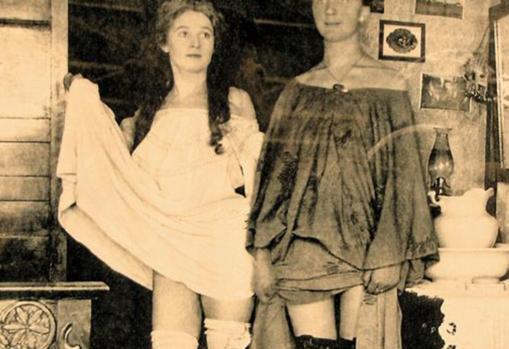 Dos meretrices lucen sus encantos ante la cámara