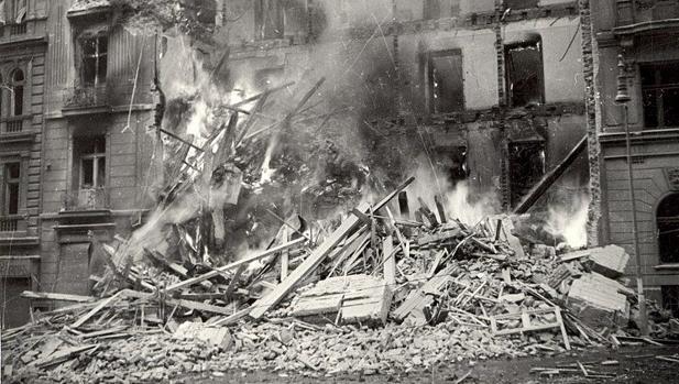 Imagen del bombardeo de Praga, el 14 de febrero de 1945