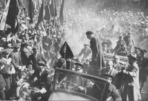 Companys, a su llegada al Parlamento catalán