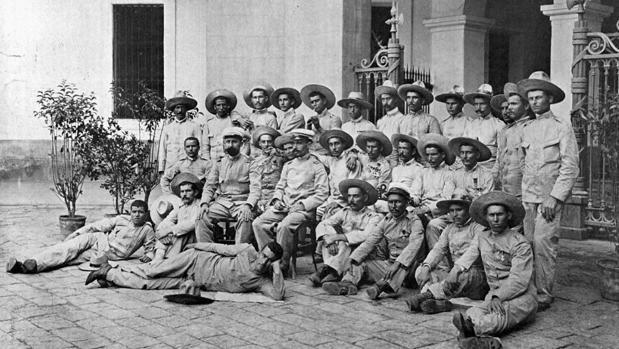 Los supervivientes del destacamento de Baler fotografiados el 2 de septiembre de 1899