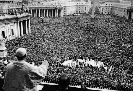 El Papa imparte su bendición en la Plaza de San Pedro