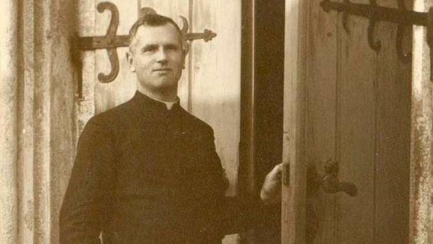 El padre Josef Toufar, en un retrato realizado a la entrada de la iglesia de Cihost, en Checoslovaqui