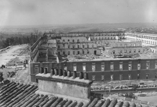 El patio central del Cuartel de la Montaña, en ruinas, un año despues de los sucesos que tuvieron lugar en él a comienzo de la Guerra Civil