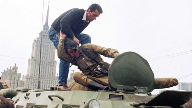Un ciudadano de Muscú se enfrenta a los golpistas en agosto de 1991