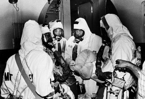 Cinco técnicos con ropa de protección y aparatos respiratorios preparados para entrar en la parte dañada y contaminada del reactor número 2 de Three Mile Island, en octubre de 1980.