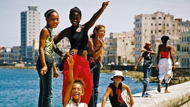 Niñas como estas que se divierten en el malecón de La Habana se prostituyen en Cuba por unos dólares