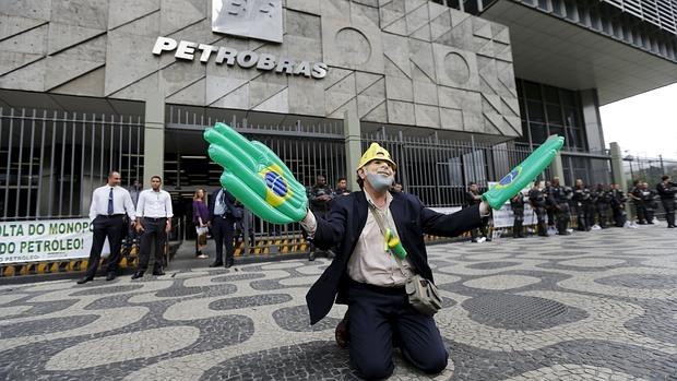 Un empleado de Petrobras, con una máscara del expresidente Lula Da Silva, en una protesta frente a instalaciones de la compañía