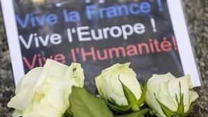 Flores en París recuerdan, en la mañana de este sábado, la tragedia