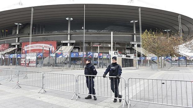 Agentes en los alrededores del estadio