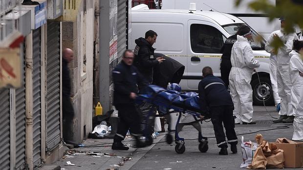 Traslado del cádaver de uno de los terroristas muertos en el asalto a un edificio en Saint-Denis