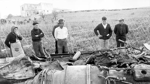 Los lugareños observan los restos de uno de los aviones accidentados en Palomares- ARCHIVO ABC