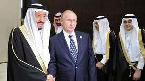 El presidente ruso, Vladímir Putin se reúne con el rey saudí Salman bin Abdulaziz en la cumbre del G20 en Antalya (Turquía)