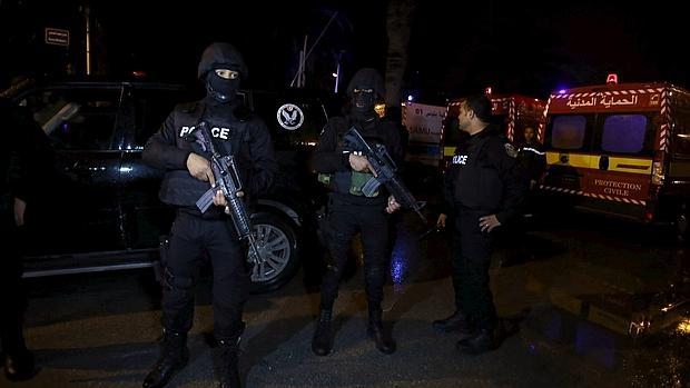 - Miembros de la policía acordonan el lugar donde se ha producido el atentado