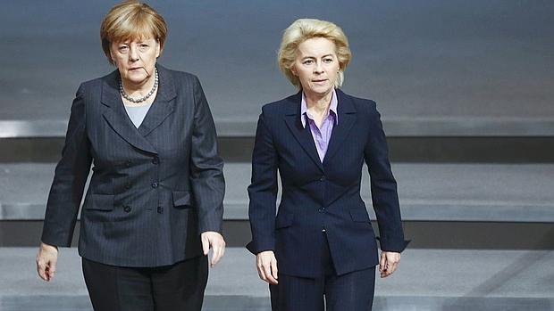 La canciller alemana, Angela Merkel, junto a la ministra de Defensa, Ursula von der Leyen