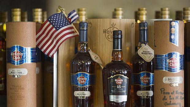 Botellas de ron junto a una bandera de EE.UU. en un bar de La Habana