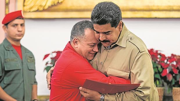 Cabello (izda.) se abraza a Maduro en una imagen de 2013