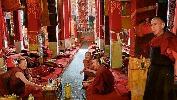 Monjes en el interior del monasterio de Drepung, en Lhasa