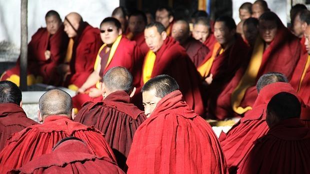 Un grupo de monjes budistas reza en el monasterio de Sera, a las afueras de Lhasa