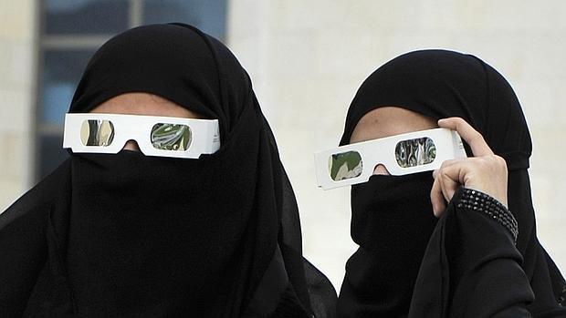 f520724ec9a Internacional Dos mujeres saudíes observan un eclipse solar parcial en el  Mar Rojo
