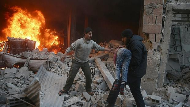 Bombardeo del Ejército de Assad este miércoles en Duma, junto a Damasco