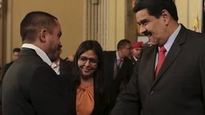 Nicolás Maduro saludo a Luis Salas tras su nombramiento como titular de Economía Productiva, este miércoles en el Palacio de Miraflores
