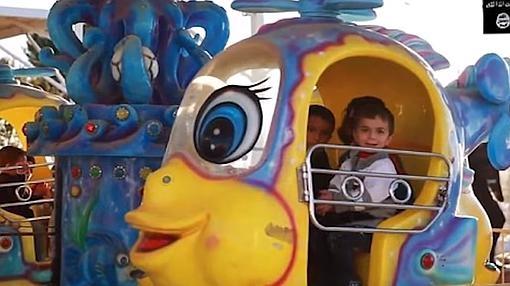 Niños, hijos de yihadistas, en un parque de atracciones en el territorio del califato