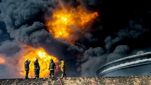 Incendio en una terminal petrolera en Ras Lanuf, en la costa este de Libia el 6 de enero