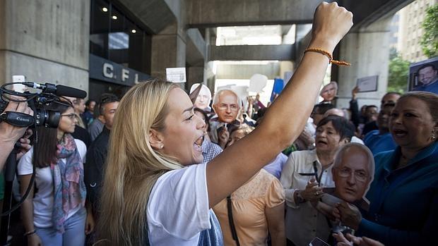 Lilian Tintori (C), esposa del dirigente político que se encuentra preso Leopoldo Lopez, participa en una manifestación pacífica en la entrada al edificio donde se encuentran las oficinas del Defensor del Pueblo de Venezuela, Tarek William Saab