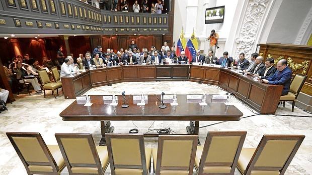 El Parlamento venezolano reta a Maduro con el rechazo de su plan económico