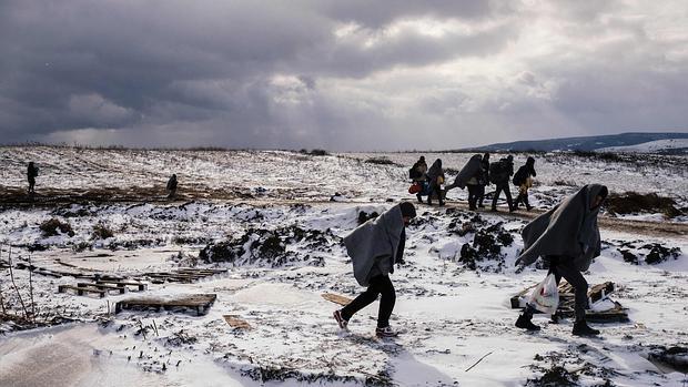 Miles de refugiados se juegan la vida bajo la nieve