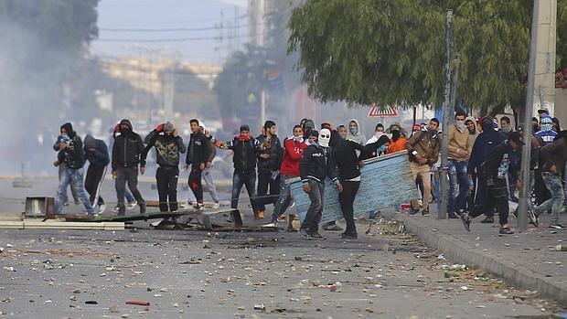 Túnez decreta el toque de queda en medio de graves disturbios sociales