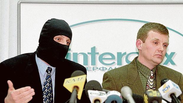 Alexander Litvinenko (a la derecha), durante la rueda de prensa de 1998 , en la que junto a otros agentes del FSB acusaron a Putin de haberles ordenado matar a magnates, como Berezovsky