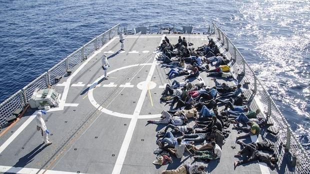 Los inmigrantes, tras el rescate por parte de la Armada
