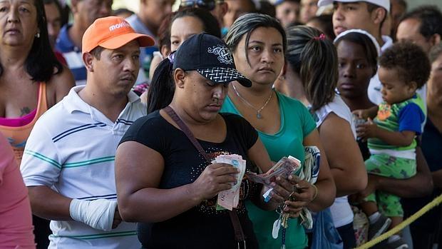Cola para comprar una bolsa con alimentos en un edificio del plan gubernamental Misión Vivienda, el pasado 23 de enero en Caracas