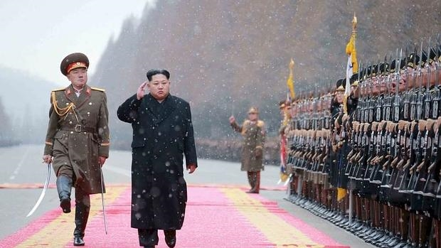 Imagen de estas navidades de Kim Jong Un saludando a las tropas de su ejército
