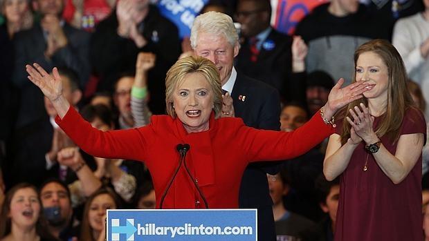 Clinton vence por la mínima a Sanders en los «caucus» de Iowa