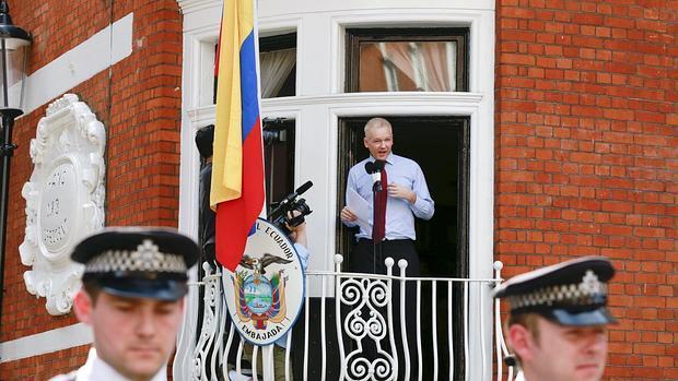 Assange camparece ante los medios desde la Embajada de Ecuador en Londres en 2012