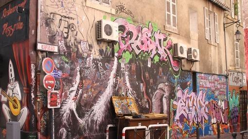 Grafitis en una calle del centro de Marsella