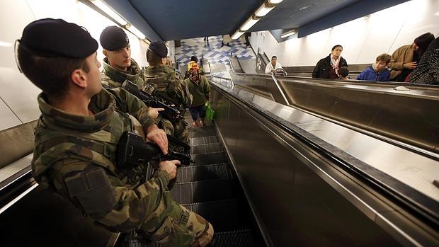 Soldados franceses patrullan en el metro de Marsella